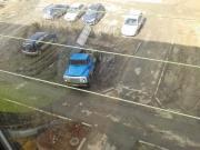 Машины на газонах и обустройство самодельной стоянки.