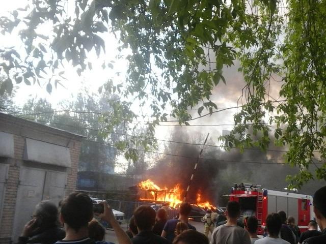 Два младшеклассника, играя, спалили деревянный пристрой и 4 автомобиля
