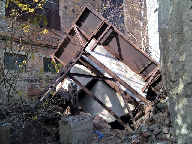 Сотрудника завода вЧелябинской области придавило обломками бункера вовремя демонтажа
