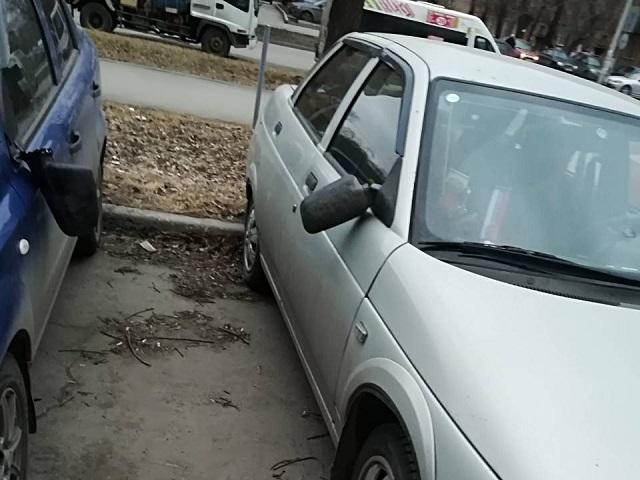 В Челябинске вандал повредил с десяток припаркованных во дворе машин