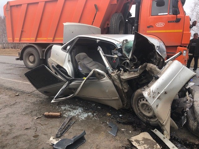 В страшной аварии в Челябинской области погиб пассажир легковушки. Водитель в тяжелейшем состоянии