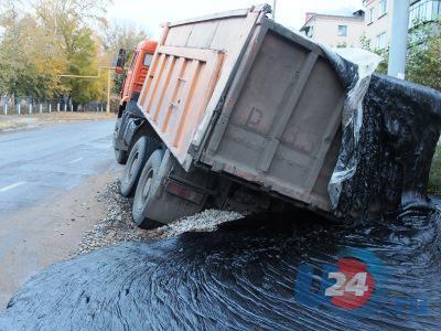 КАМАЗ в ловушке: из-за дорожной ямы 18 тонн битума вылились на улицу в Троицке