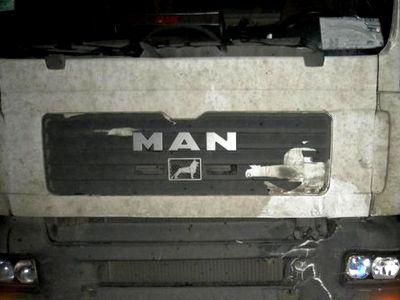 На трассе около Миасса грузовик повстречался с ларьком