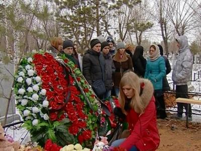 Челябинцы приносят на могилу Лены Патрушевой цветы и игрушки