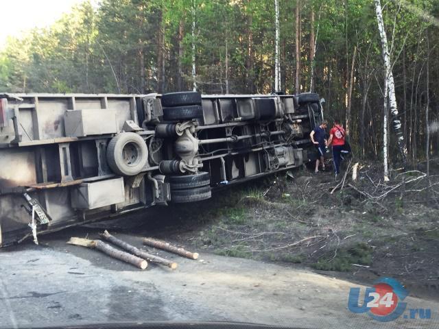 Международное ДТП на трассе М5 под Миассом: большегруз из Курска отпрокинул грузовик из Казахстана