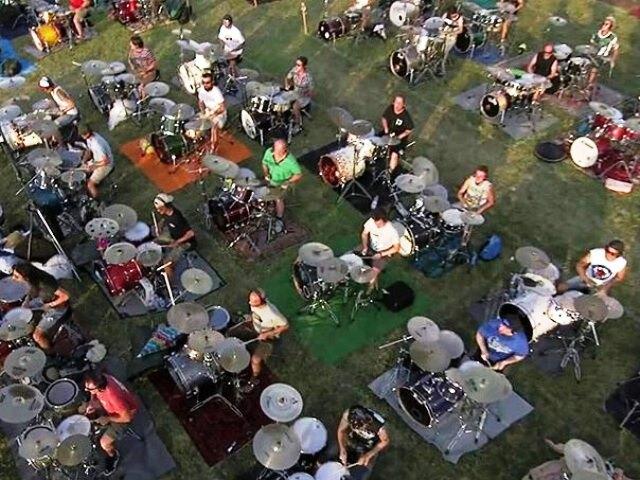 Тысяча музыкантов одновременно исполнила песню группы Foo Fighters