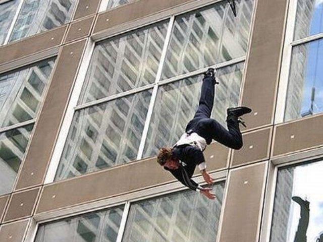 Снилось,что мы сначала сидели во дворе,потом резко оказались у моей подруги живет на 9 этаже и некоторые люди начали через балкон уходить домой представьте,9 этаж , никто не упал,со всеми хорошо все.