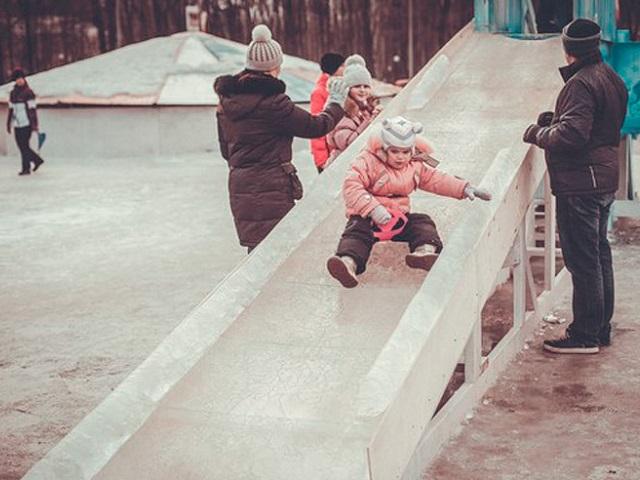 На Южном Урале малышка выкатилась с горки прямо под машину