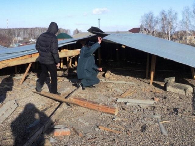Ветер сорвал крышу со здания средней школы в Кунашаке