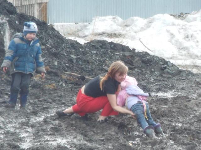 В Троицке девочку едва не засосало в газовую траншею