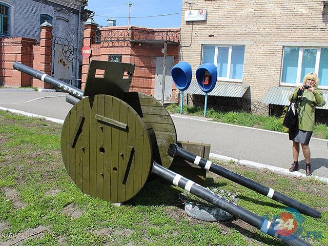 Ко Дню Победы троицкие связисты поставили пушку