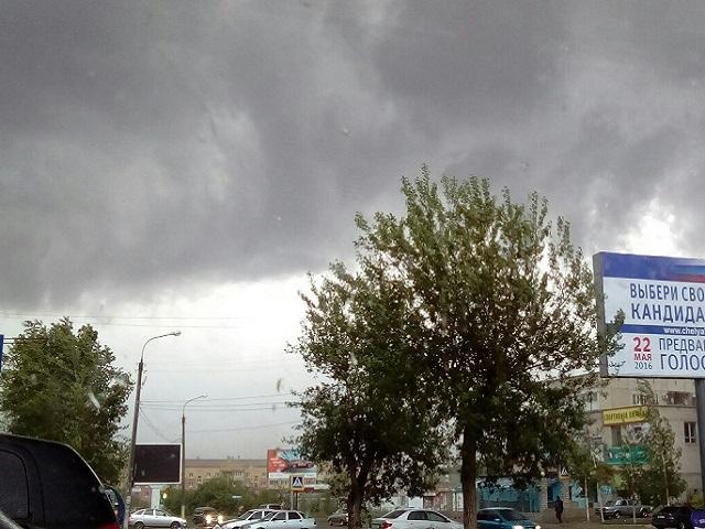 Шквалистый ветер сносил крыши и валил деревья в Троицке