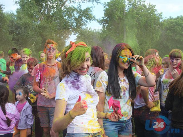 В Троицке День молодежи отметили разноцветным Холи