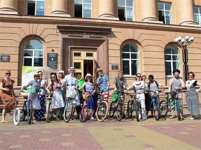 В Челябинске устроили рыцарский турнир на велосипедах и бой зонтиками