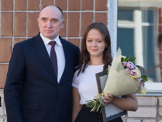 Челябинский губернатор поздравил с1сентября девушку, спасшую брата изогня