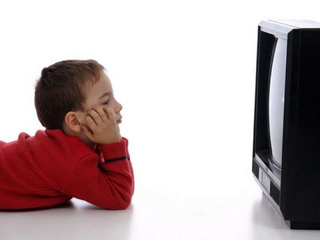 Английские ученые доказали, что телевизор понижает творческие способности ребенка