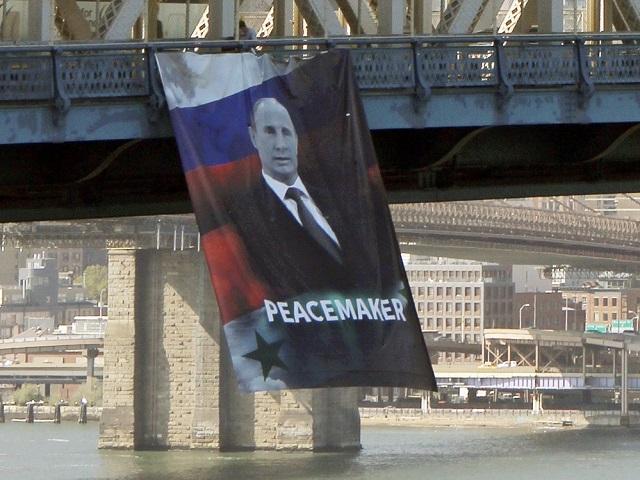 Баннер спортретом В. Путина иподписью «миротворец» появился намосту вНью-Йорке