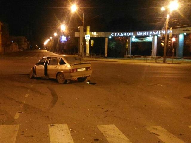Вцентре Челябинска легковушка «забодала» мини-грузовик. Пострадали три человека