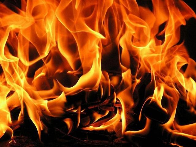 В многоэтажном высотном доме произошел мощный пожар. Двое пострадали