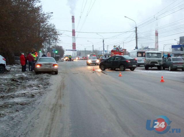 ВМиассе шофёр «УАЗа» столкнулся стремя автомобилями