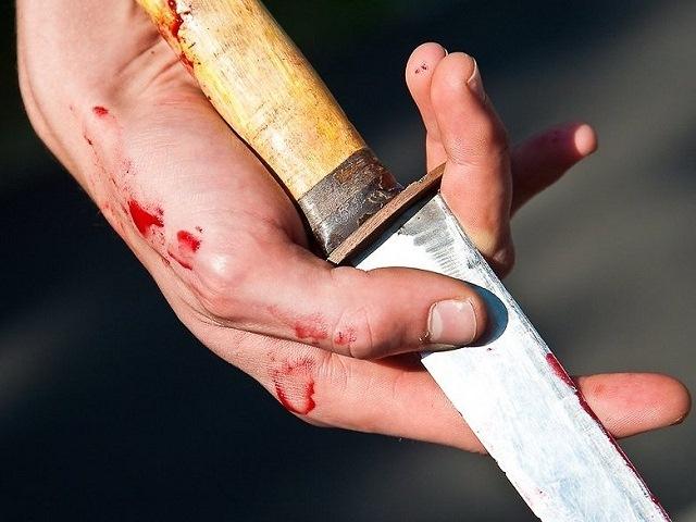 Старый супруг ударил ножом молодую жену