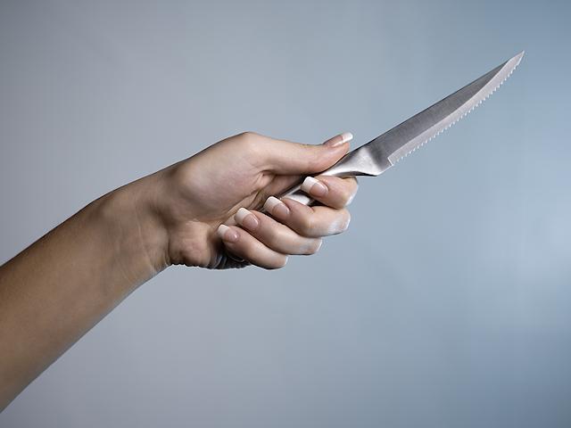 ВМиассе падчерица ударила ножом отчима