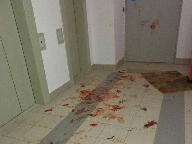 Вподъезде в«Парковом» выбиты стёкла, пол истены испачканы кровью