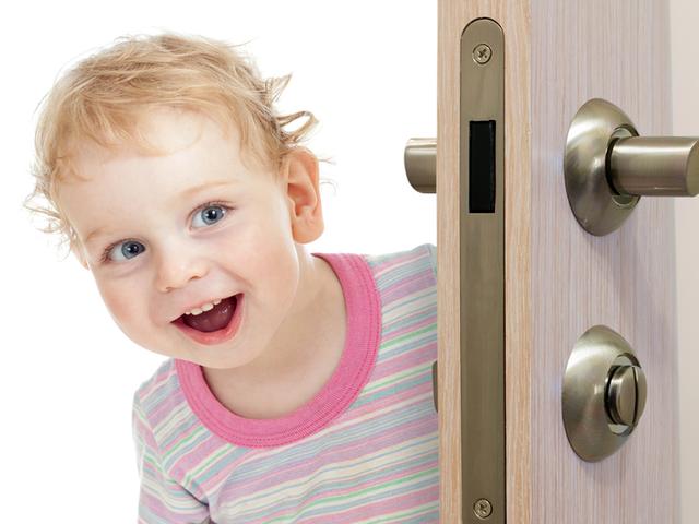 ВМиассе ребенок остался один зазакрытой дверью