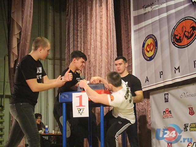 Челябинский спортсмен стал сильнейшим на турнире по армрестлингу в Троицке
