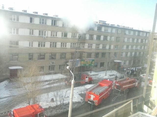 ВЧелябинске пылает пятиэтажное строение. Людей эвакуируют через окна