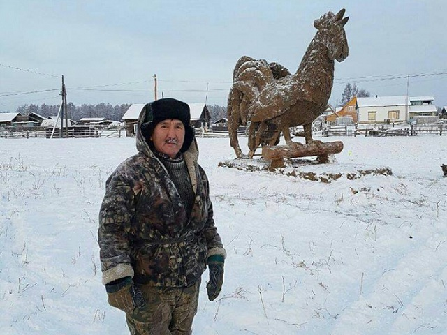 Год коричневого петуха: якутский мастер слепил скульптуру из навоза