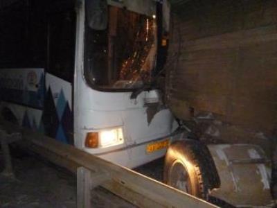 КАМАЗ столкнулся с автобусом, пострадали пять человек