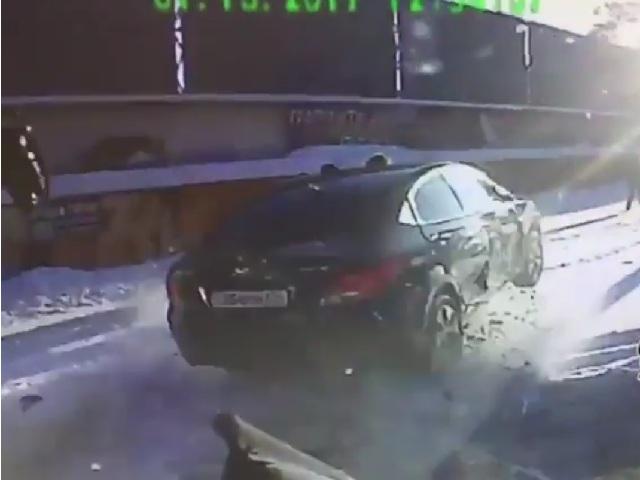 ВЧелябинске иностранная машина пролетела через толпу пешеходов