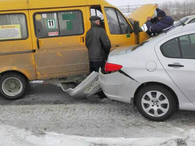 На Южном Урале в ДТП пассажирка маршрутки вылетела на дорогу, но осталась жива