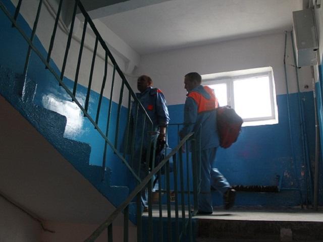 Мертвых наркоманов отыскали  прохожие вподъезде Челябинска