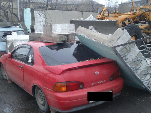 НаЮжном Урале грейдер протаранил бетонный забор и поломал автомобили
