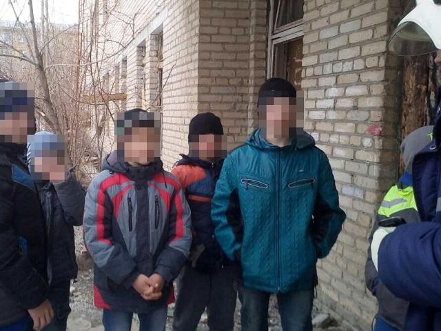 Cотрудники экстренных служб эвакуировали 10 детей изгорящего здания заброшенного госпиталя