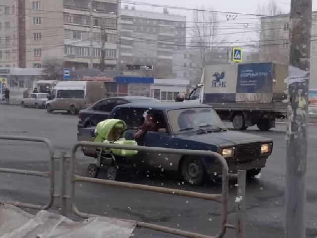 ВЧелябинске легковушка протащила пооживленной улице детскую коляску