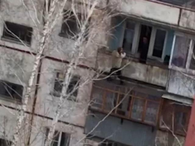 ВЧелябинске упавший сбалкона мужчина попал навидео ивреанимацию