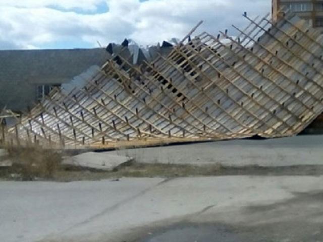 Сильный ветер сорвал крышу одного из строений в Троицке