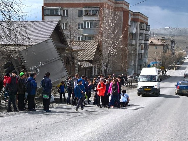 ВСатке грузовой автомобиль сбил школьника иврезался вдом