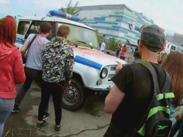 Нафестивале красок вЧелябинске школьники напали наполицейские машины
