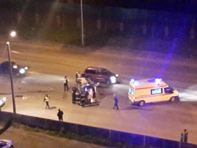 Микроавтобус, снесший столб иперевернувшийся наУниверситетской набережной, попал навидео