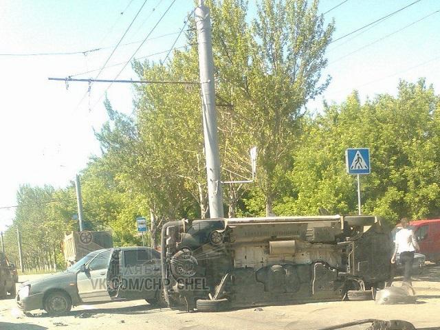 В итоге ДТП наБродокалмакском тракте вЧелябинске опрокинулся микроавтобус