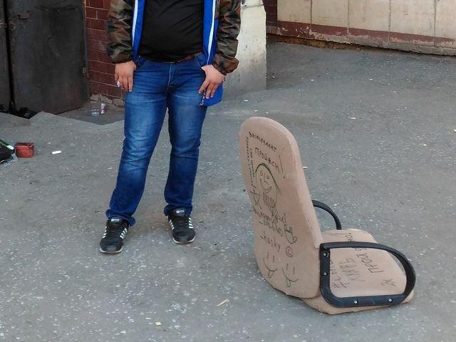 ВМиассе подростки свысоты скинули наженщину с сыном кресло