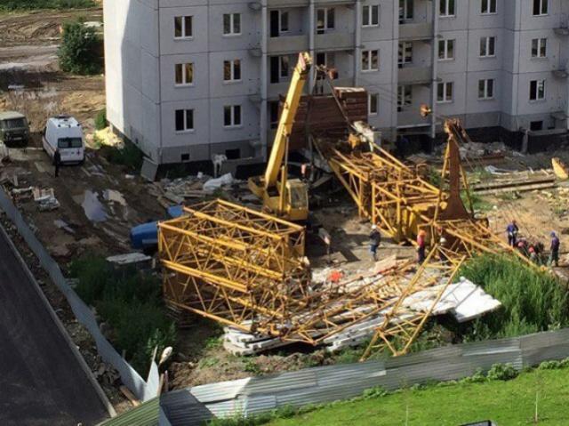 На челябинской стройке башенный кран упал на строителя