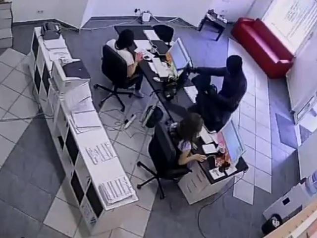 ВЧелябинске милиция разыскивает мужчину, подозреваемого вразбойном нападении на кабинет микрозаймов
