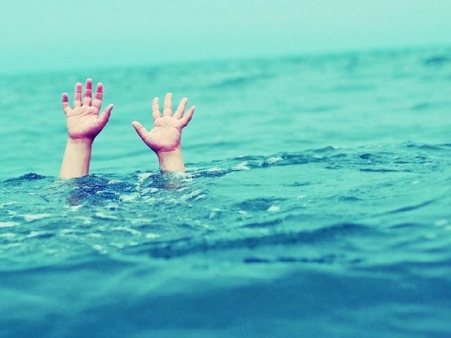 На береге вЧелябинске cотрудники экстренных служб выудили изводы троих детей