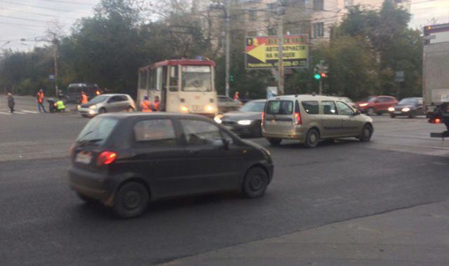 Вцентре Челябинска срельсов сошел трамвай