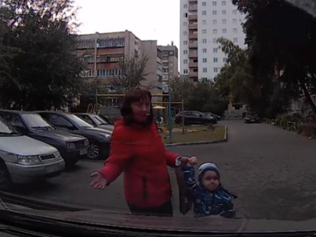 ВКопейске мать блокировала выезд спарковки своим сыном